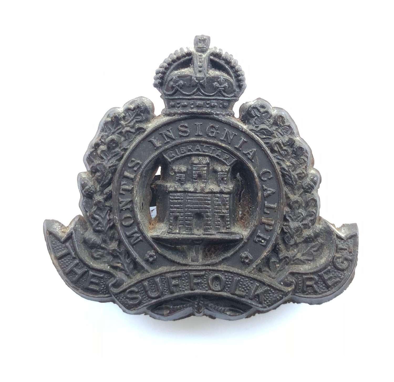 Suffolk Regiment WW2 rare dark brown plastic economy cap badge