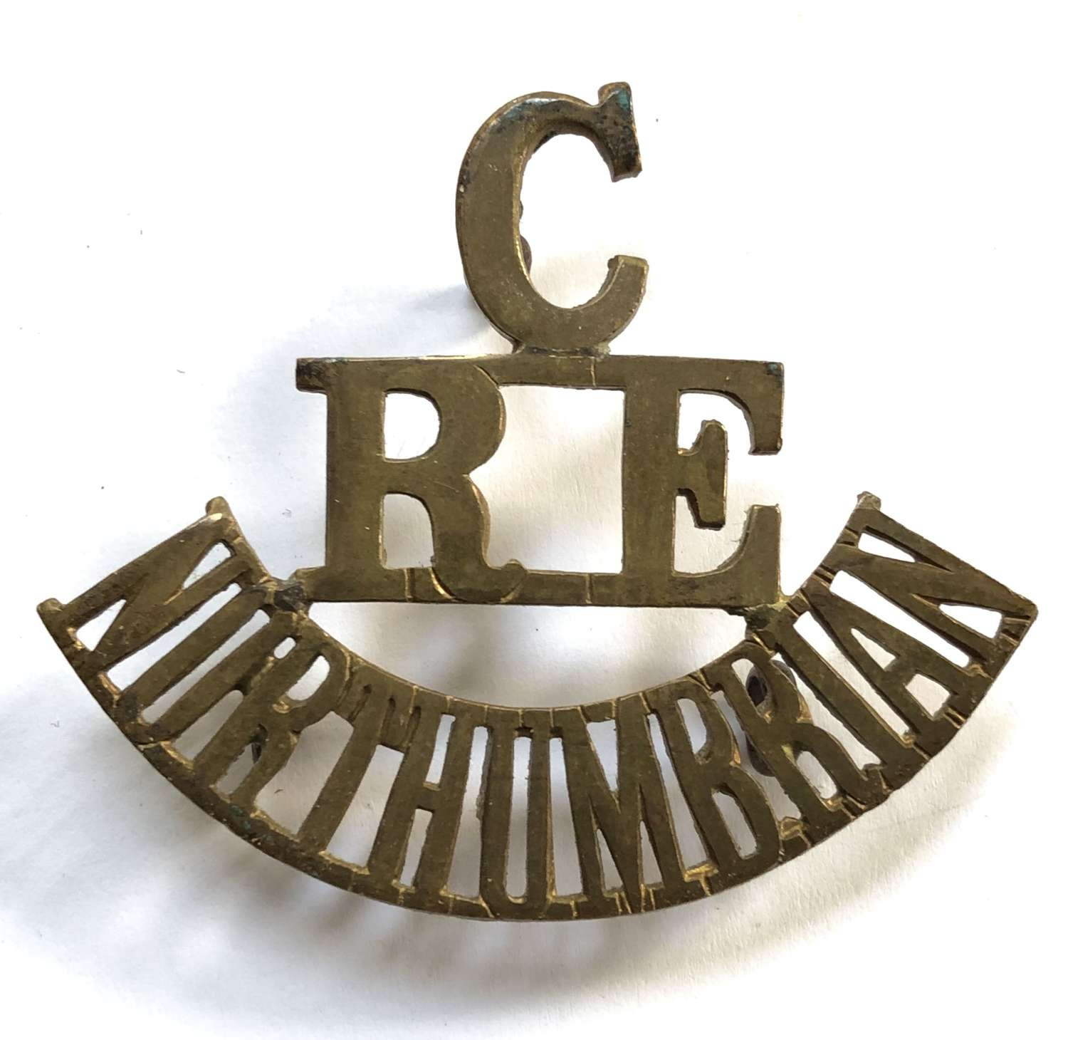 C/RE/NORTHUMBRIAN scarce brass shoulder title circa 1916