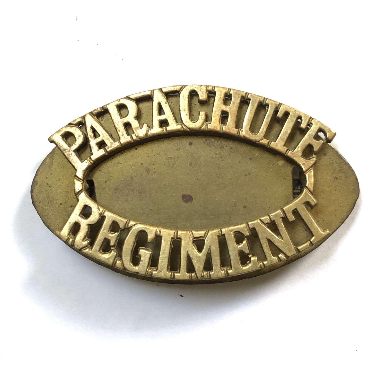 PARACHUTE / REGIMENT brass shoulder title
